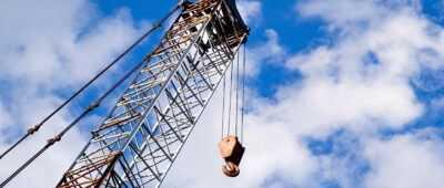 Fallece un trabajador al precipitarse con una grúa por un desnivel de 30 metros