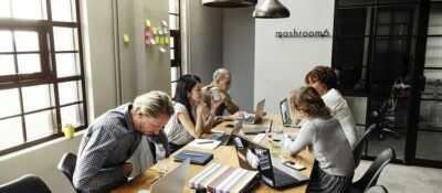 Los escritorios sin separar en las oficinas pueden ser más saludables para los trabajadores